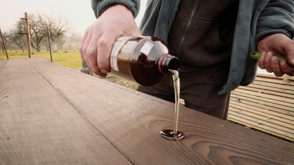 Na závěr se dřevo ošetří olejem.