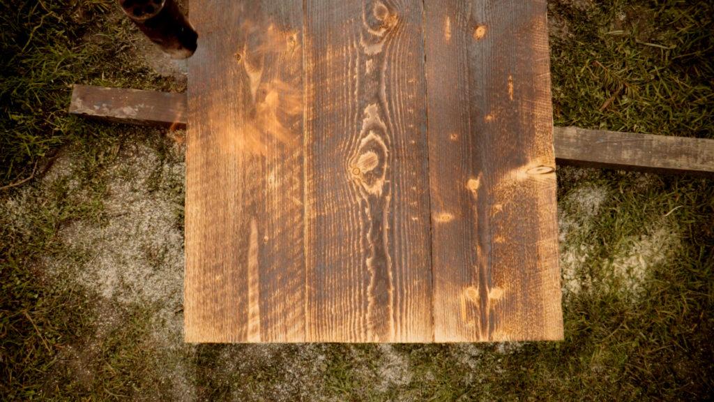 Opalování dřeva pomocí hořáku